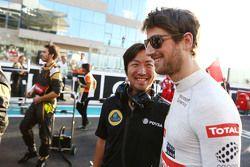 Romain Grosjean, Lotus F1 Team avec Ayao Komatsu, Ingénieur Lotus F1 Team sur la grille