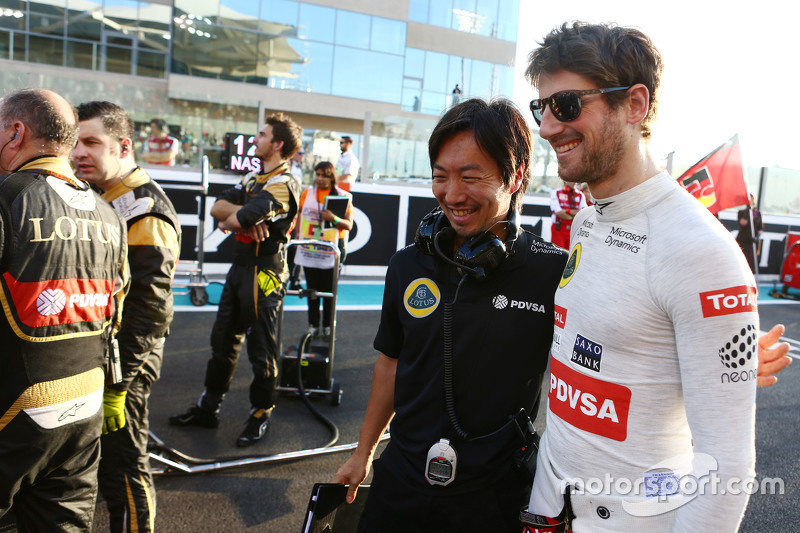 Romain Grosjean, Lotus F1 Team with Ayao Komatsu, Lotus F1 Team Race Engineer on the grid