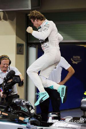 冠军尼科·罗斯伯格,梅赛德斯车队,在验车区庆祝