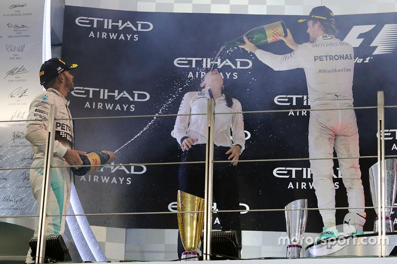 Kim Stevens, ingeniera aerodinámica de Mercedes AMG F1 Team, celebra en el podio con Nico Rosberg y Lewis Hamilton.