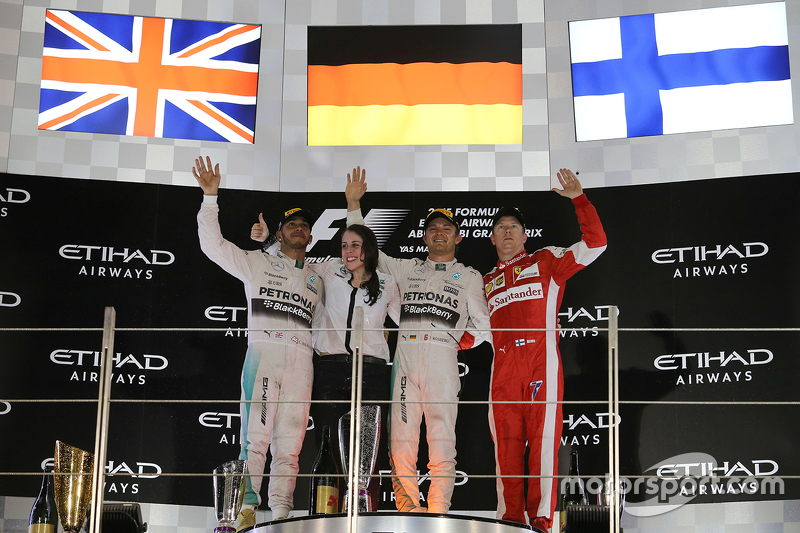 Kim Stevens, engenheira de aerodinâmica da Mercedes, recebe o troféu como representante da equipo no GP de Abu Dhabi de 2015