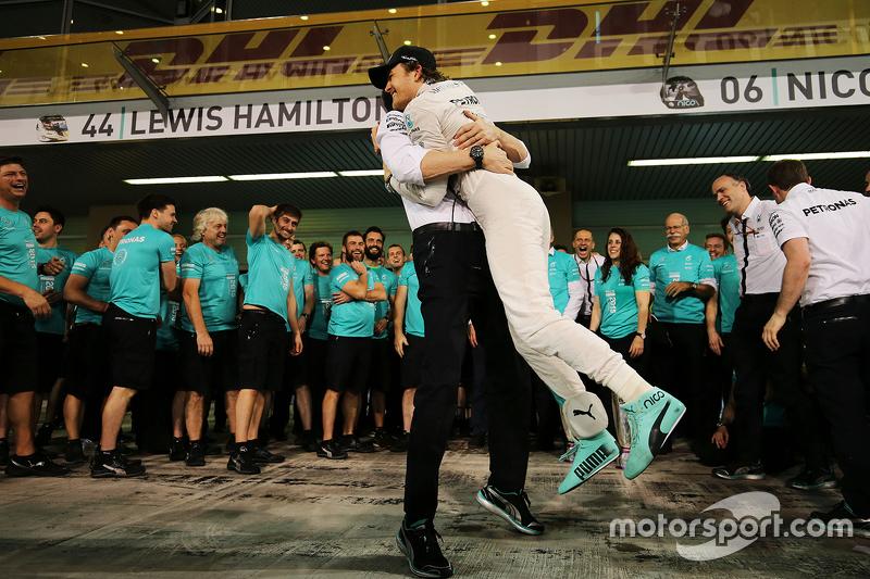 1. Nico Rosberg, Mercedes AMG F1, feiert mit Toto Wolff, Mercedes-Sportchef, und dem Team