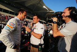 Jenson Button, McLaren con Will Buxton, NBC Sports Network TV Presenter sulla griglia