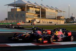Daniil Kvyat, Red Bull Racing RB11 and Carlos Sainz Jr., Scuderia Toro Rosso STR10 at the start of the race