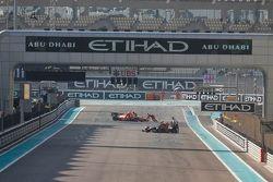 Stoffel Vandoorne'un aracı, ART Grand Prix ve Rene Binder'in aracı, MP Motorsport pite dönüyor