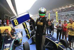 Pemenang balapan, Vishnu Prasad, dan tiga kali juara JK Racing