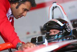 尼克·海菲尔德,马兴德拉车队;Vinit Patel,马兴德拉车队首席工程师