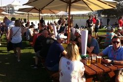 Fãs bebem cerveja em Abu Dhabi