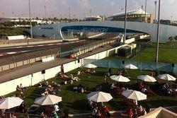 Área atrás das arquibancadas em Yas Marina