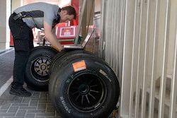 Un ingénieurs avec des pneus Pirelli