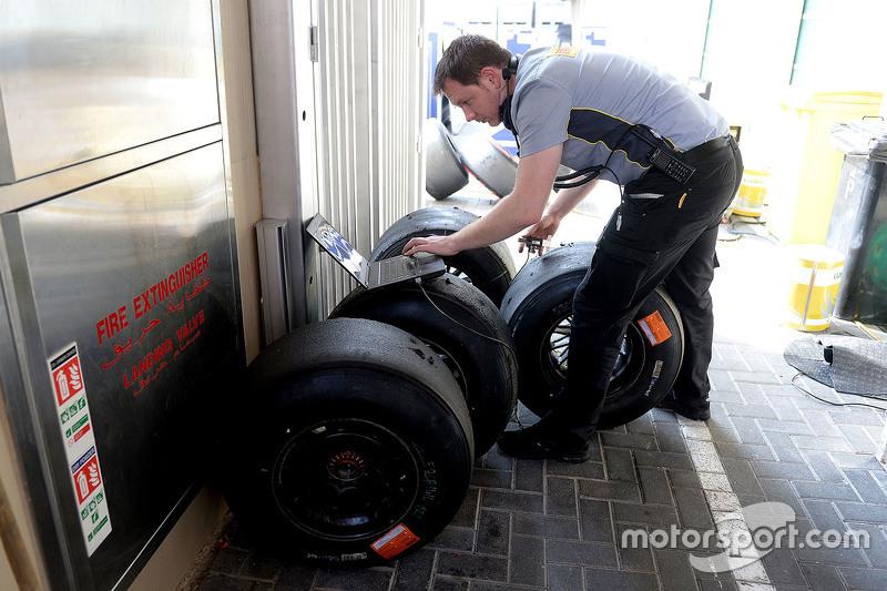 Un ingeniero con los neumáticos Pirelli