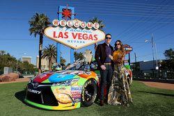 2015 NASCAR Sprint Cup Series campeón Kyle Busch, Joe Gibbs Racing Toyota con su esposa Samantha
