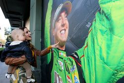 Samantha Busch et son fils Brexton regardent une photo du Champion 2015 de la NASCAR Sprint Cup Kyle Busch, Joe Gibbs Racing Toyota