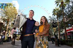 Campeón de 2015 NASCAR Sprint Cup Series, Kyle Busch, Joe Gibbs Racing Toyota con esposa Samantha y