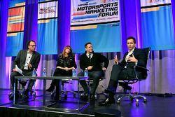 SportsBusiness Journal yönetici müdürü Abe Madkour, Aktris Roma Downey ve yapımcı eşi Mark Burnett,