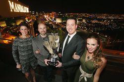 NASCAR-Champion 2015 Kyle Busch, Joe Gibbs Racing, mit Frau Samantha Busch, Crewchief Adam Stevens u