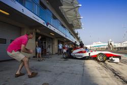 Jonathan en Jolyon Palmer kijken toe hoe Will Palmer, ART Grand Prix de garage verlaat