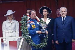 Ganador de la carrera Keke Rosberg, Williams con Prince Rainier y Princess Caroline