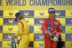 Ganador de la carrera Nigel Mansell, Williams, segundo lugar Keke Rosberg, Williams