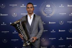 Lewis Hamilton, Mercedes AMG F1, con su trofeo de campeón del mundo