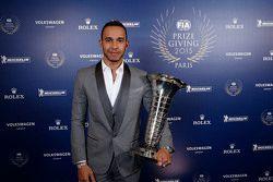 Lewis Hamilton, Mercedes AMG F1 mit seiner Weltmeister-Trophäe