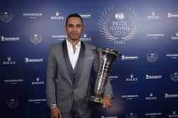 Lewis Hamilton, Mercedes AMG F1 con su trofeo de campeón mundial