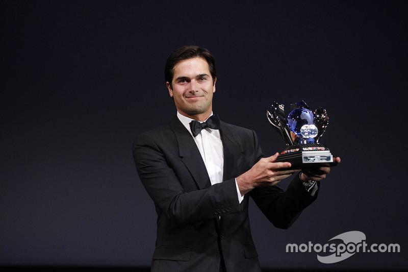 Nelsinho Piquet recebe troféu