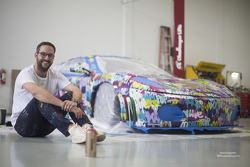 Ben Levy bij zijn kunstwerk