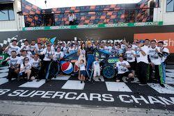V8 Supercars Campeón 2015 Mark Winterbottom, Prodrive Racing Australia Ford celebra con su equipo