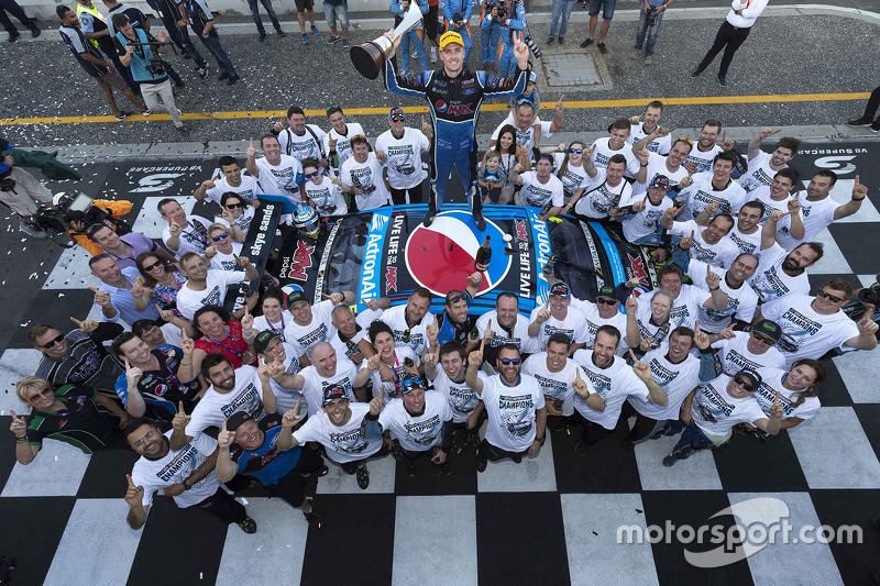 6. 2015 V8 Supercars Champion Mark Winterbottom, Prodrive Racing Australia Ford celebra con el equipo