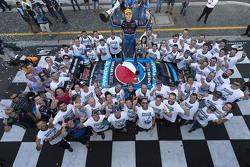 بطل موسم 2015 ضمن فئة في8 سوبر كار مارك وينتربوتوم، برودرايف ريسينغ أستراليا فورد، يحتفل بالفوز مع ف