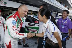 Кобкарн Ваттанавранкул, министр туризма и спорта и Габриэле Тарквини, Honda Racing Team JAS