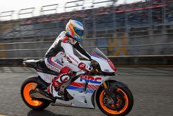 Fernando Alonsoa bordo de una motocicleta Honda