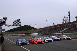 Takuma Sato agita la bandera a cuadros sobre las entradas de Super GT Honda