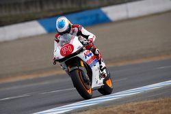 Fernando Alonso conta una motocicleta Honda