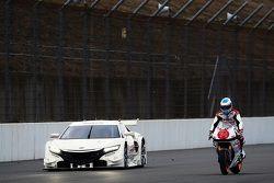 Fernando Alonso conta una motocicleta Honda con el Honda NSX