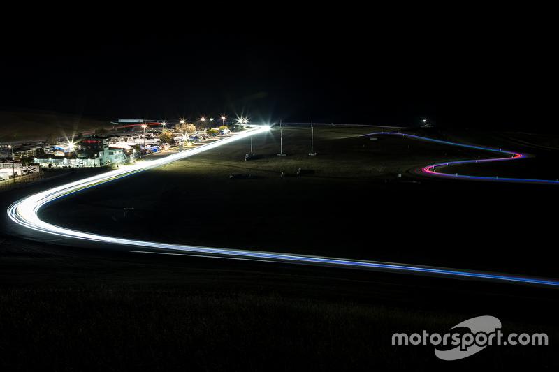 3. Acción de la carrera nocturna en Thunderhill