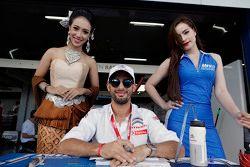 Jose Maria Lopez, Citroën World Touring Car team con chicas de la parrilla