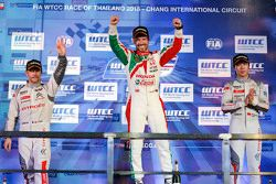 Carrera 2 podio: ganador Tiago Monteiro, Honda Racing Team JAS, segundo lugar Sébastien Loeb, Citroë