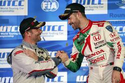 Podium Rennen 2: 1. Tiago Monteiro, Honda Racing Team JAS und Sébastien Loeb, Citroën World Touring