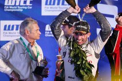 Podio: Jose Maria Lopez, Citroën World Touring Car team celebrates with champagne