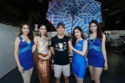 Tin Sritrai, Campos racing con chicas de la parrilla
