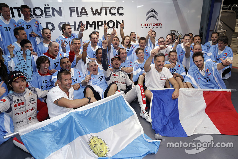 Campeón del Mundo del WTCC 2015 José María López, Citroën World Touring Car team celebra con el equipo