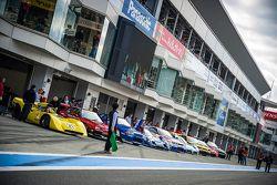 Autos alineados en el pit lane