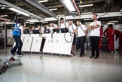 Abiente en el garaje de Citroën World Touring Car team