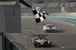السيارة رقم 23 سي أر إم وولف جي بي08: أنجيلو نيغرو، فيليب بريت تجتاز العلم المرقط مع انتهاء القسم ال