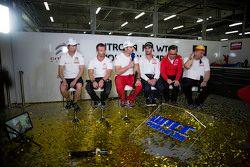 马青骅、塞巴斯蒂安·勒布、伊万·穆勒、何塞·玛利亚·洛佩兹、伊芙·马顿,雪铁龙WTCC车队,接受媒体采访