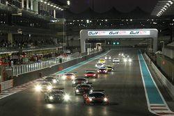 Старт: впереди Ferrari 458 Italia команды Kessel Racing: Давиде Ригон, Андреа Пиччини, Михал Бронише