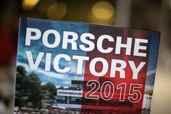 由René de Boer 和 Tim Upietz编纂的《保时捷2015的胜利之路》一书
