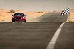 Martin Brundle ve Jaguar XJR, Jet Adam Yves Rossy